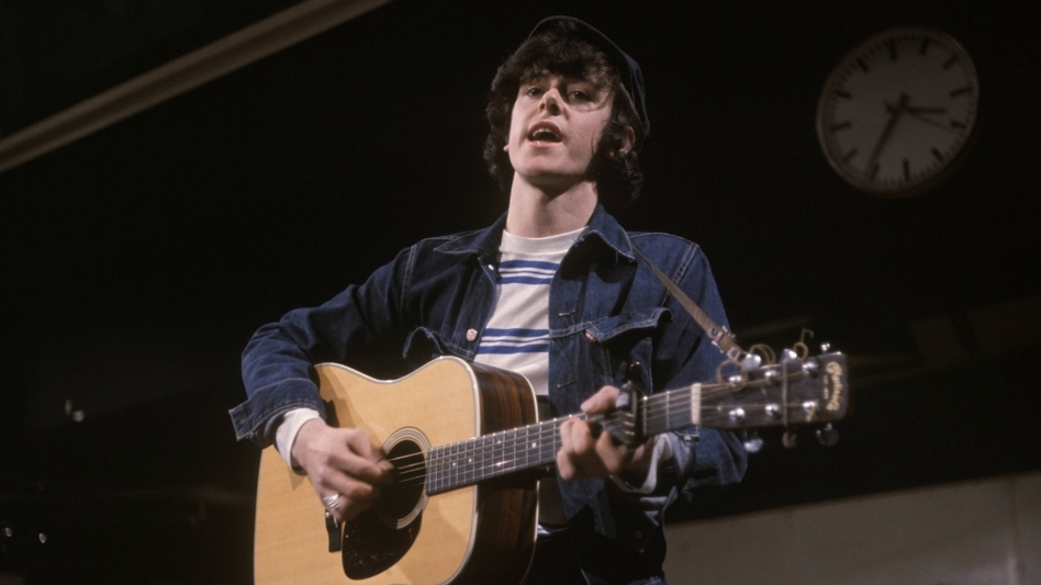 Donovan performs on<em> Ready Steady Go!</em> in 1965.