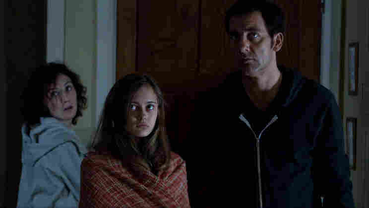 Mia (Ella Purnell, center) has nightmares that may or may not have something to do with the sins of her parents, Sue (Carice van Houten) and John (Clive Owen).