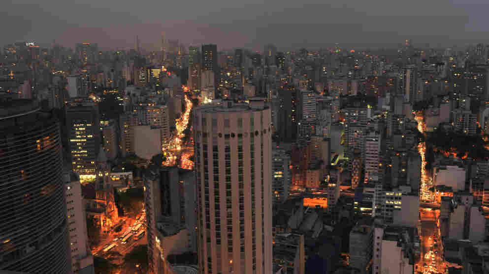 The documentary Surviving Progress illustrates its arguments on the sustainability of human behavior in the context of environmental degradation with striking images of life in cities like Sao Paulo.