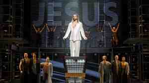 A crowd-pleasing revival of Andrew Lloyd Webber and Tim Rice's rock opera Jesus Christ Superstar has transferred from Canada's Stratford Festival to Broadway.