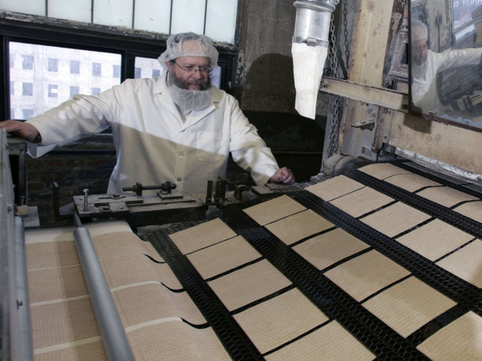 Rabbi Yaakov Horowitz at the Manischewitz factory in 2007 (Mike Derer/AP)