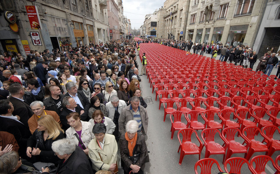 The city lined up 11,541 red chairs in 825 rows representing the 11,541 Sarajevans who were killed during the siege of Sarajevo.