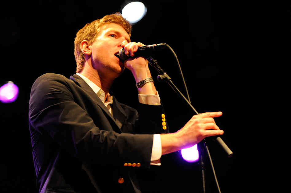 Hamilton Leithauser was rocking some impressive jacket buttons at the concert. Check out those quartets of yellow elegance.