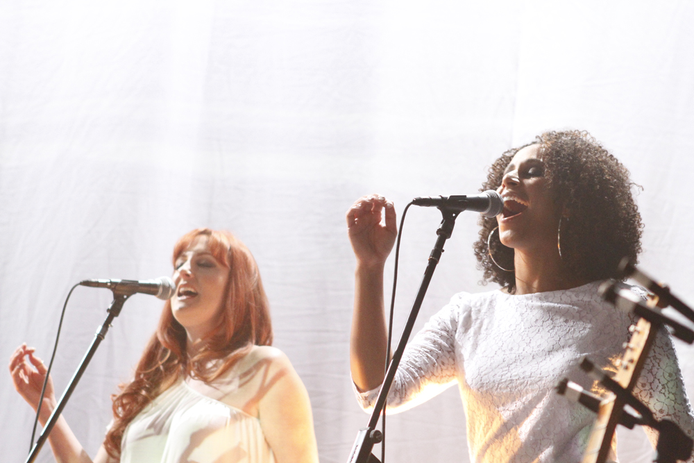 The Spiritualized show featured two synchronized back-up singers.