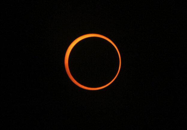 An annular solar eclipse is s