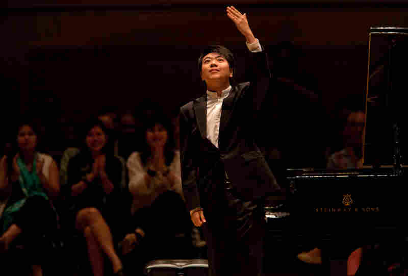 Lang Lang acknowledges the New York audience's enthusiastic response.