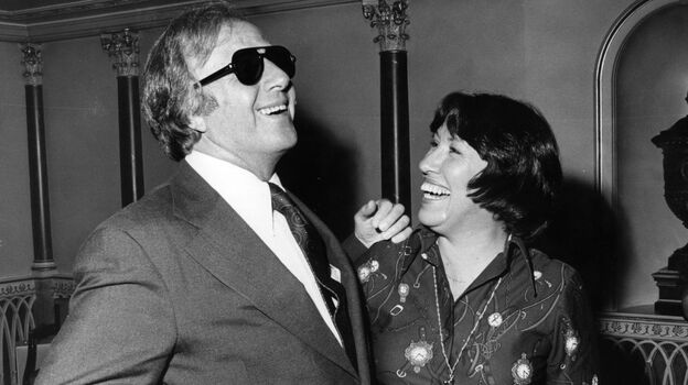 George Shearing shares a laugh with his fiancé Ellie Geffert in 1976. (Getty Images)