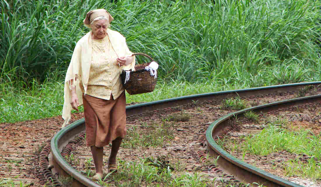 Madalena (Sonia Guedes), a baker in the fictional community of Jotuomba in Brazil's Vale do Paraiba, makes the journey each day from her impoverished rural town to the local coffee shop to sell her bread.