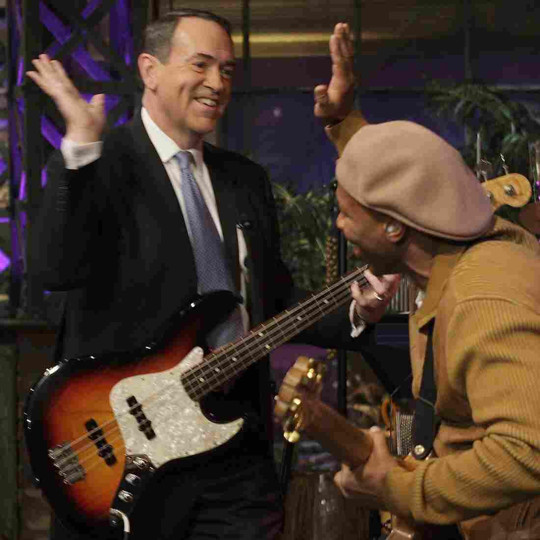 Mike Huckabee sits in on bass with the Tonight Show band in 2008.