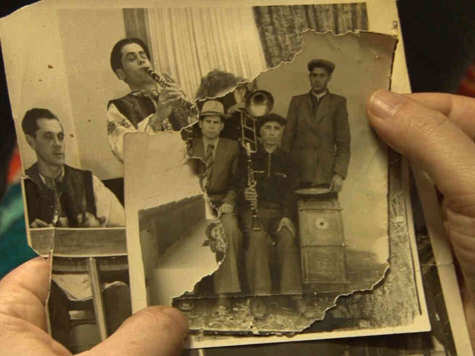 A Roma musician examines a photo of his Jewish ancestors in the film Der Zerbrochene Klang.