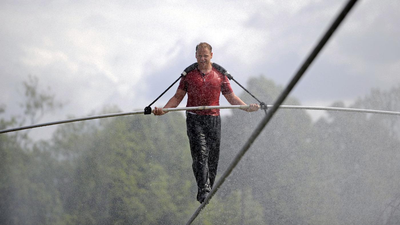 Resultado de imagem para Nik Wallenda walked across Niagara Falls