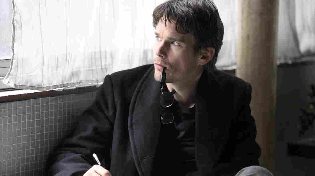In The Woman in the Fifth, novelist Tom Ricks (Ethan Hawke), already suffering from writer's block, falls into increasing states of paranoia as he wanders the streets of Paris.