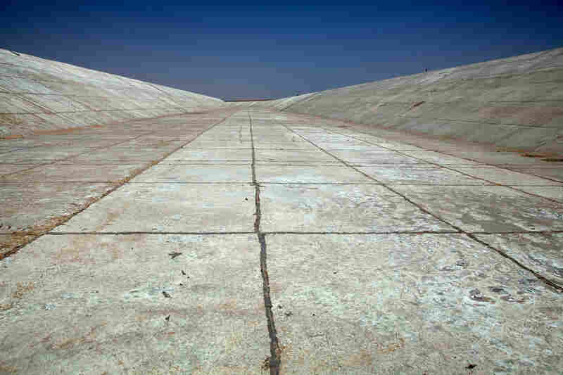 An empty water canal at Sheikh Zayed, near Toshka. Fifteen years after the project's inception, there are just 21,000 hectares of farmland, no schools or hospitals have been built, and the food produced is mainly for export to benefit private landholders.