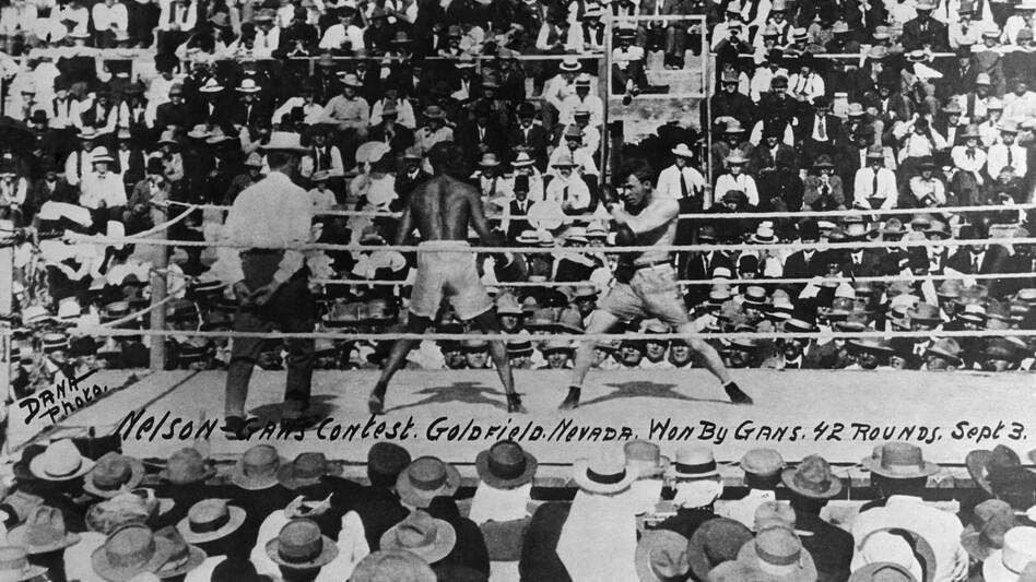 """Joe Gans, left, defends his boxing title in 42 brutal rounds against Oscar """"Battling"""" Nelson in Goldfield, Nev., on Sept. 3, 1906. (Bettmann/CORBIS)"""