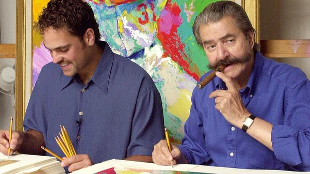 Artist LeRoy Neiman, who died last week at 91, signs serigraphs of baseball's Mike Piazza (left) in 2000. (AP)