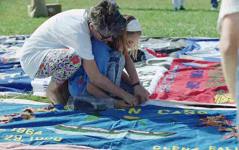 Volunteers lay out the quilt on the grounds of the Washington Monument in 1992.