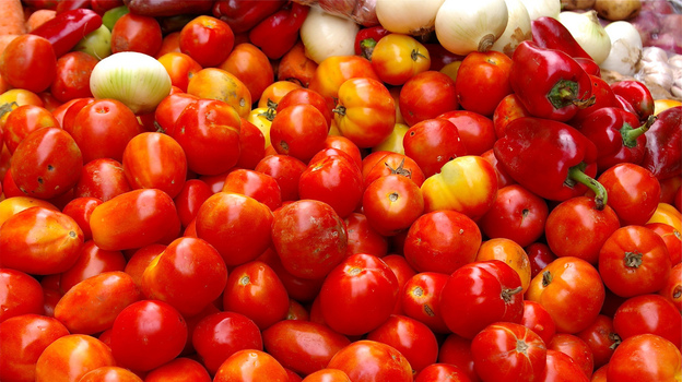 """Notice how some of these tomatoes have unripe-looking tops? Those """"green shoulders"""" are actually the keys to flavor. (Flickr.com)"""
