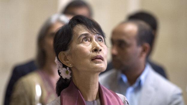 Myanmar pro-democracy leader Aung San Suu Kyi visits Paris' Louvre Museum on June 29, 2012.
