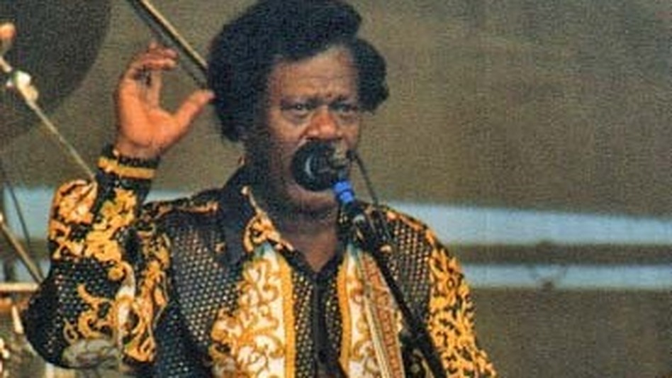 Earl King on stage at the 1997 New Orleans Jazz & Heritage Festival. He died a few years after Ernie K-Doe, and now the two share a tomb. (Wikimedia)