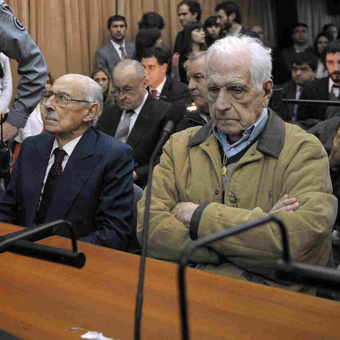 Former dictator and Gen. Jorge Rafael Videla (left), and former general and member of the military junta Reynaldo Bignone in a Buenos Aires court on Thursday.