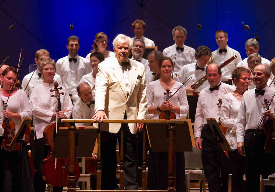 "The Boston Globe called this performance of Beethoven's Fifth Symphony ""full, open and robust,"" and praised Dohnanyi for ""lean textures kept his Fifth from tipping over into the land of flabby orchestral cliche."""