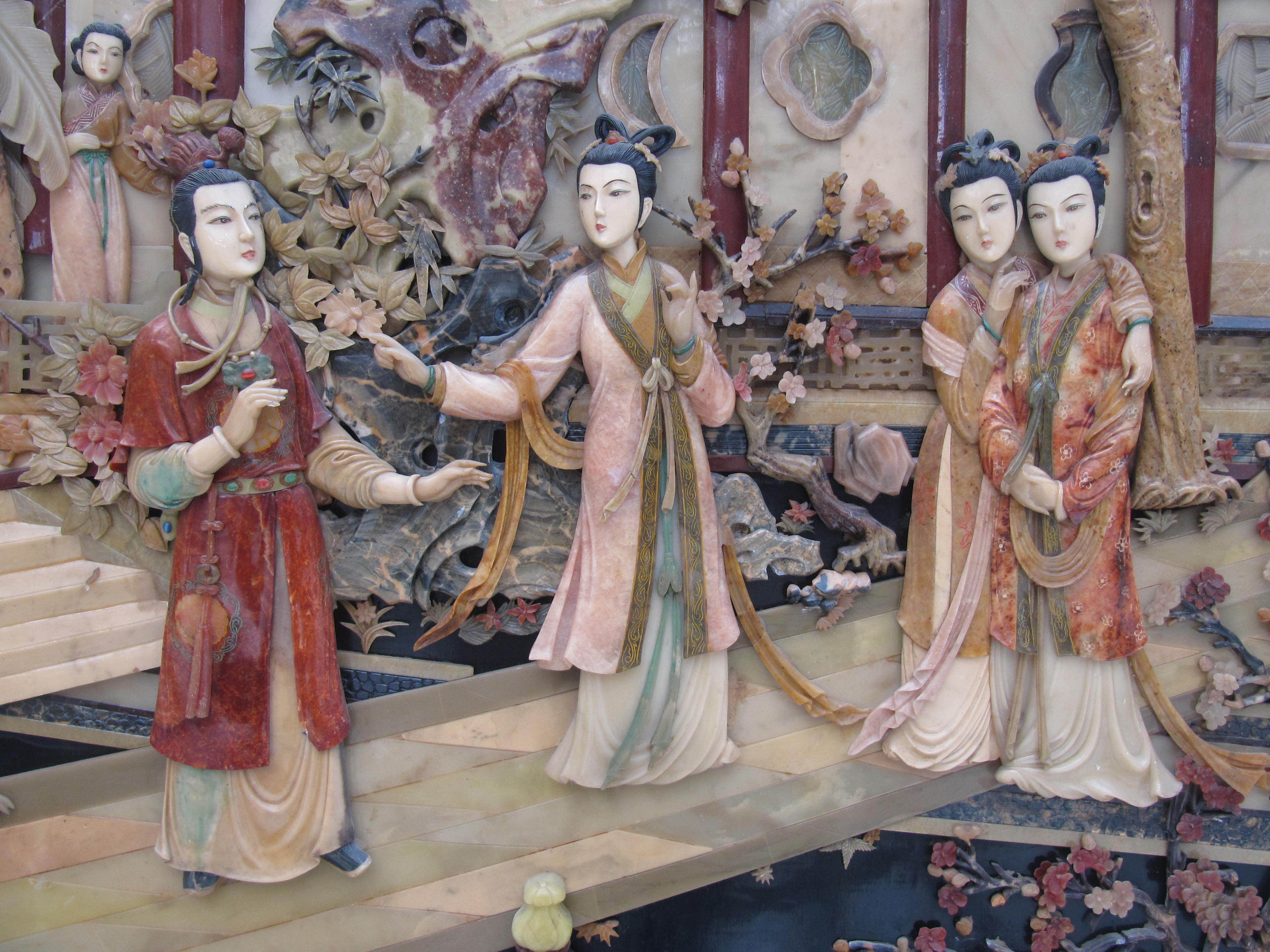 Characters from the classic Chinese novel Dream of the Red Chamber are depicted in a relief panel.