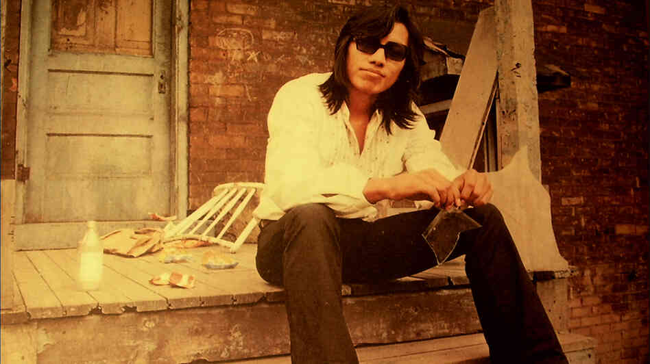 In the 1960s, protest singer Rodriguez didn't find an audience in the United States. Unbeknownst to him, though, one of his albums became a massive success in South Africa. Swedish director Malik Bendjelloul tracks him down in Searching for Sugar Man.