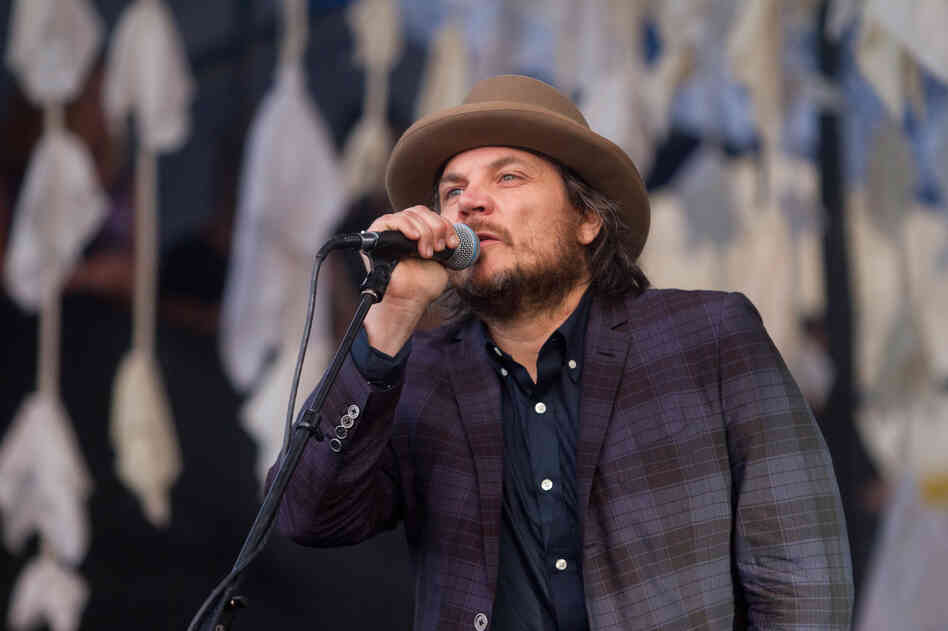 Jeff Tweedy in a fashionable fedora, the unofficial hat of Newport.