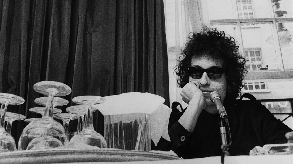 Bob Dylan at a press conference at the Savoy Hotel in London in 1966. (Redferns/Getty Images)