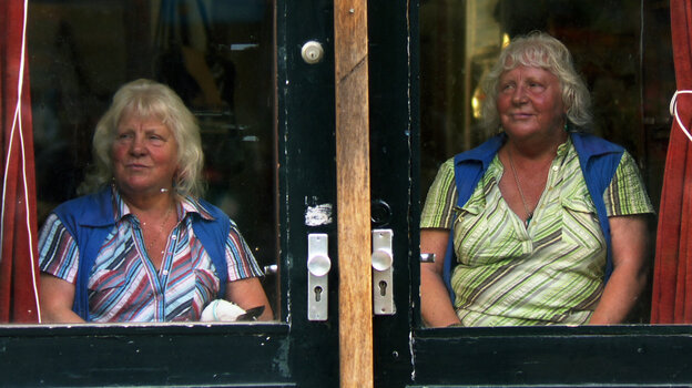 Meet the Fokkens follows Louise and Martine Fokkens, identical twins who have worked as prostitutes in Amsterdam for more than 50 years. Martine still works today, while Louise stopped a few years ago because of her arthritis.