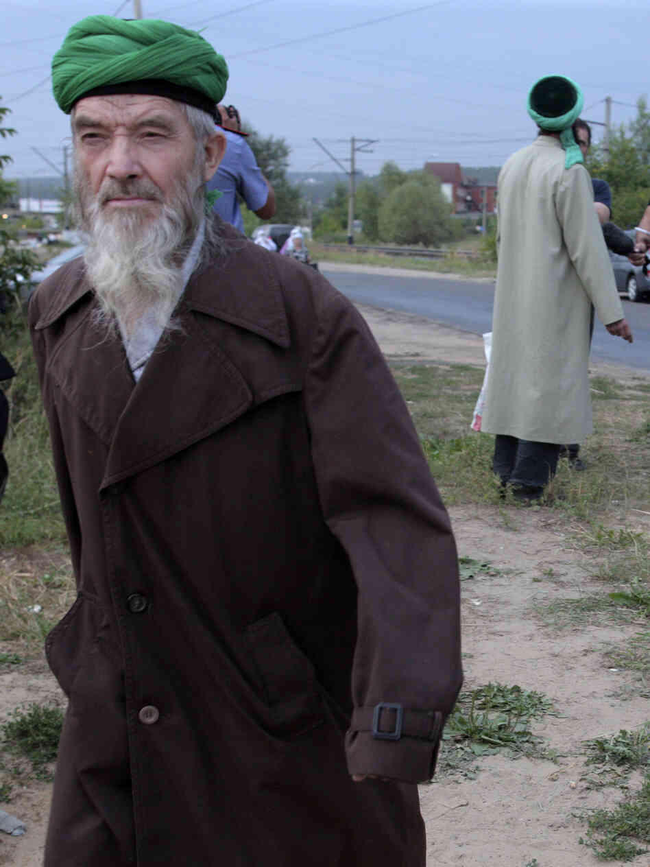 "Self-proclaimed ""messenger of God"" Faizrakhman Satarov approaches the Kazan house earlier this month. The sect's founder says he had a revelation from God that true Muslims must separate themselves from society."