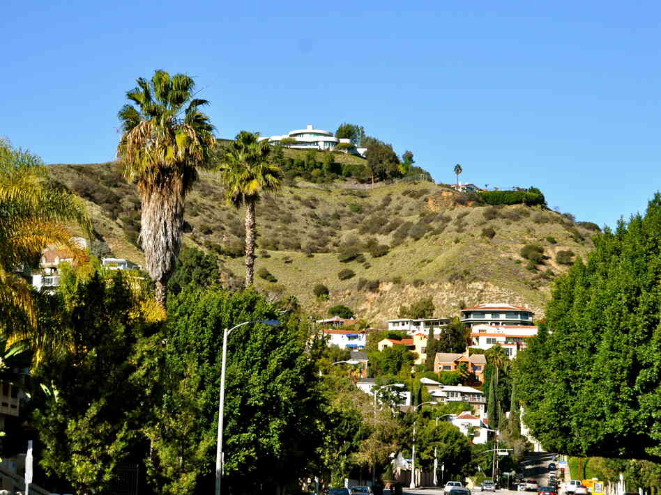 Full of luxurious homes, LA's Hollywood Hills are a standard stomping ground for Crais' recurring protagonists, Elvis Cole and Joe Pike.