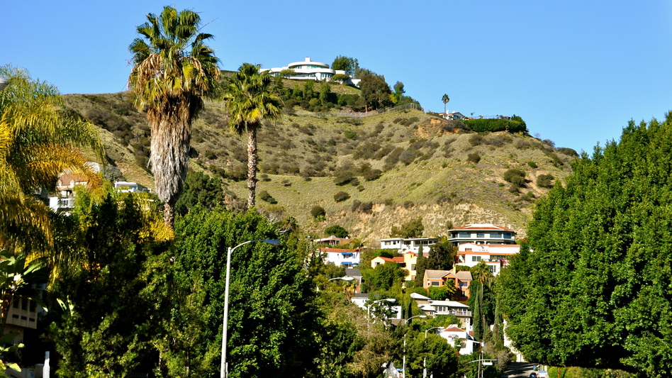 Full of luxurious homes, LA's Hollywood Hills are a standard stomping ground for Crais' recurring protagonists, Elvis Cole and Joe Pike. (Sarah_Ackerman via Flickr)