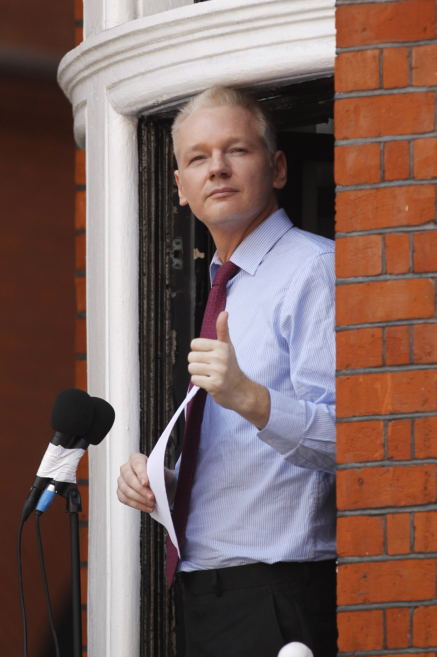 Wikileaks 39 assange demands u s cease 39 witch hunt 39 the for Julian balcony