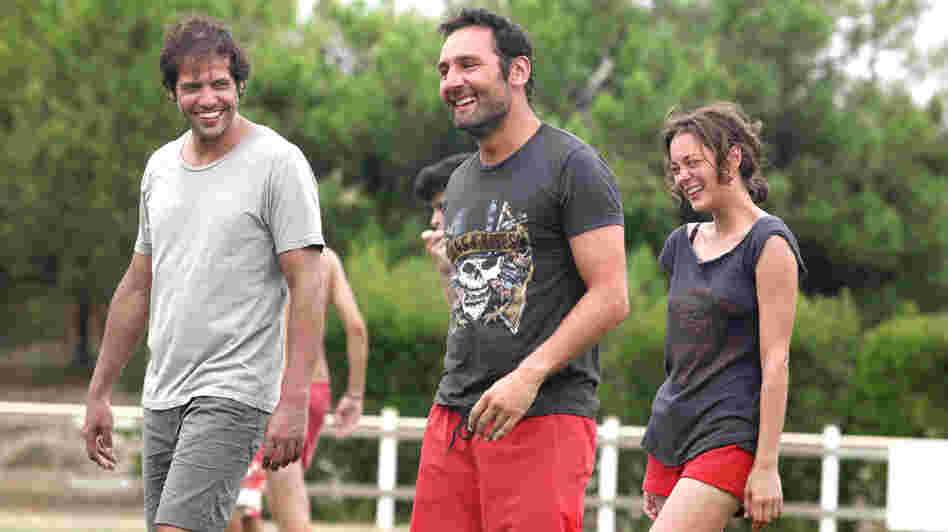 Friends Antoine (Laurent Lafitte), Eric (Gilles Lellouche) and Marie (Marion Cotillard) are among the troubled group that makes an annual retreat to a home in Cap Ferret.
