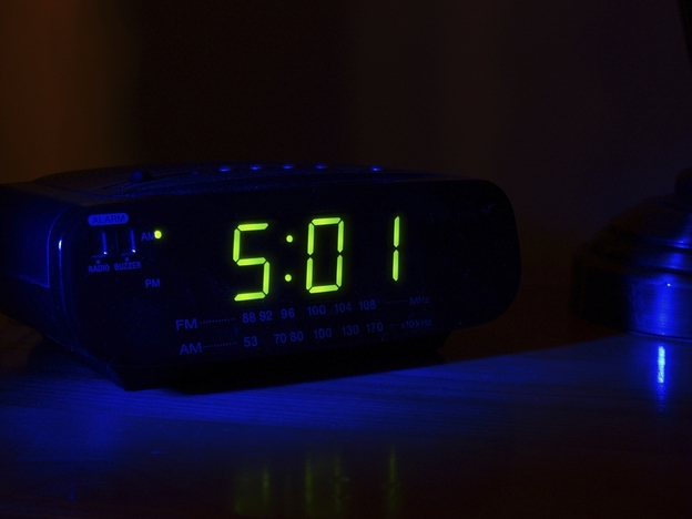 If you're having trouble sleeping, researchers say you should resist the urge to keep checking the time. (iStockphoto.com)