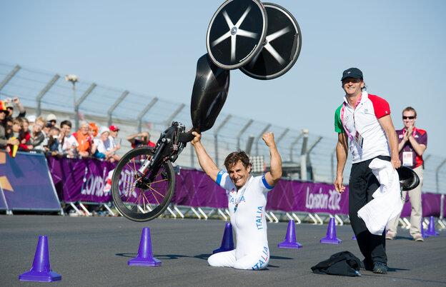 Alex Zanardi celebrates winning the gold medal in the men's individual H4 time trial