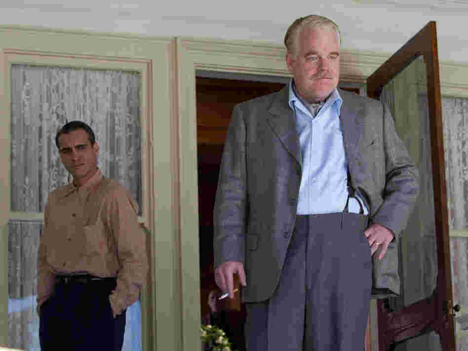 Charismatic cult leader Lancaster Dodd (Philip Seymour Hoffman) takes advantage of the post-war anxieties of those around him.