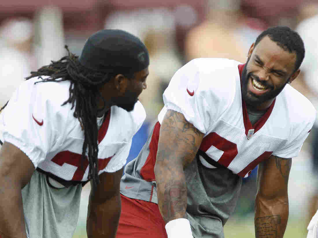 Niles Paul (right) at a Redskins practice with then-teammate Tim Hightower, before the juice-stealing