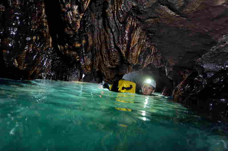 James Alker swims through the Pseudo Siphon at a depth of 1,118 meters (about 1,223 yards). With a water temperature of below 4 degrees Celsius (39.2 F), the long swim through the narrow canal chills the body through to the bone.