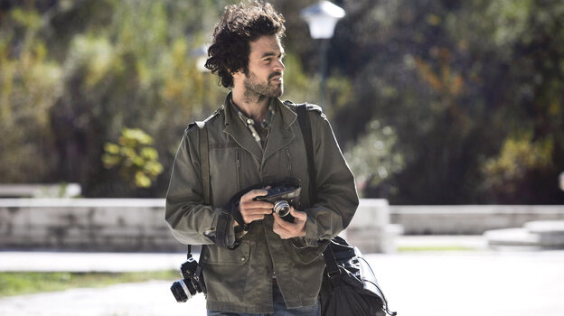 Paul (Romain Duris), an aspiring photographer, assumes another man's identity to escape his job, marriage