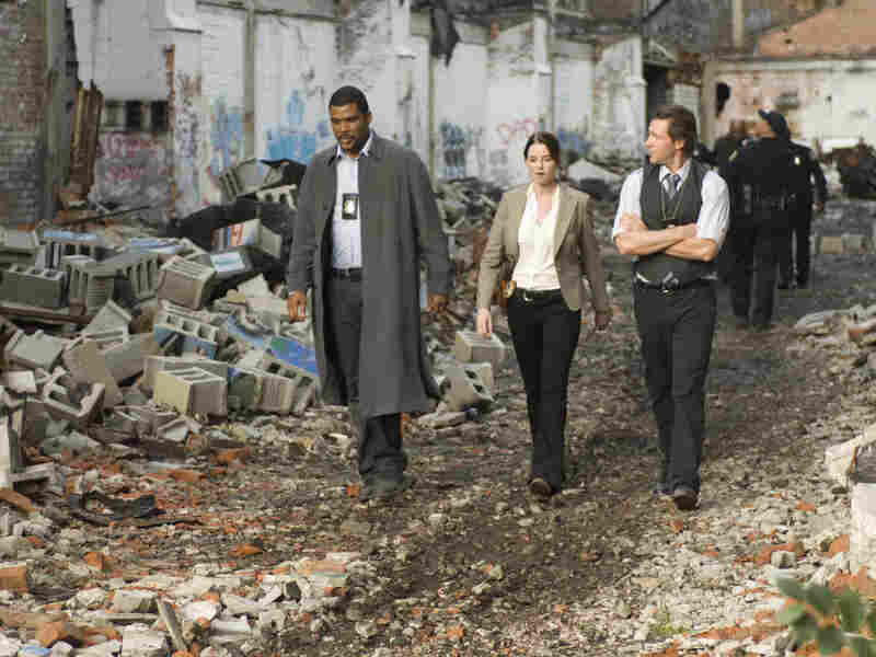 Cross, Monica Ashe (Rachel Nichols) and Tommy Kane (Edward Burns) race against the clock to find the sociopathic assassin.