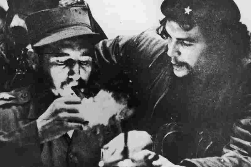 """Tras su paso por la cárcel, Castro se exilió en México, donde fundó el Movimiento 26 de Julio y conoció al revolucionario Ernesto """"Che"""" Guevara."""