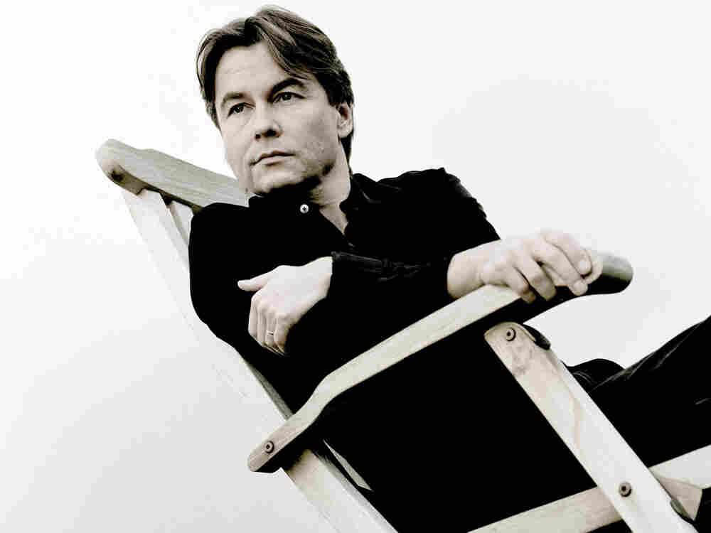 Composer-conductor Esa-Pekka Salonen's award-winning Violin Concerto receives its debut recording.