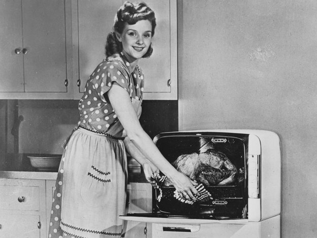 22nd July 1947: An American housewife with a new Bantam electric oven. (Photo by Fox Photos/Getty Images)