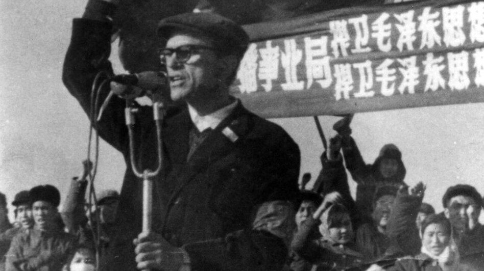 Sidney Rittenberg exhorts a crowd in Beijing's Tiananmen Square to defend Mao Zedong Thought — or Maoism — in December 1966. (Courtesy of Sidney Rittenberg)