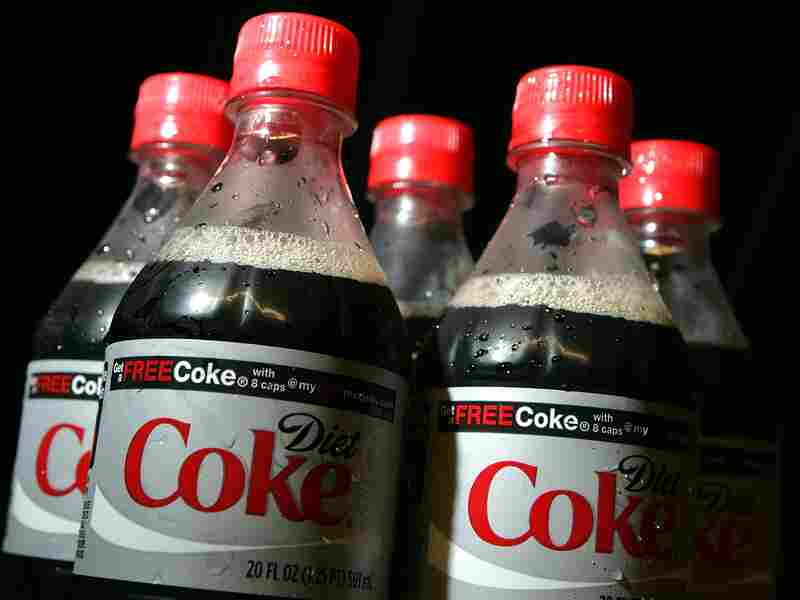 Drinking diet soda and other low-calorie drinks may help you manage weight, but experts say plain old H2O is still the best way to go.