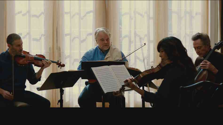 Members of a famous string quartet (Mark Ivanir, Philip Seymour Hoffman, Christopher Walken and Catherine Keener) fi