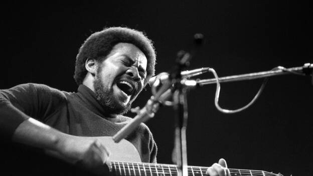 Bill Withers onstage in 1973. (Redferns)