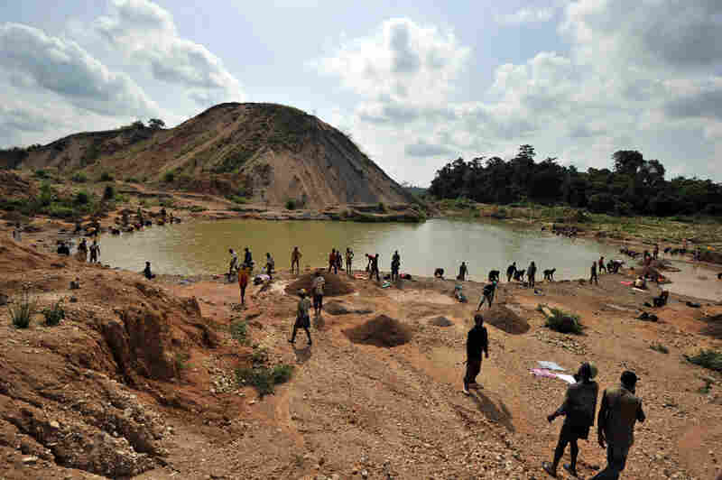 Small-scale artisanal mining has sustained this area since diamonds were discovered in 1930, but it is hard work and the pay is low.